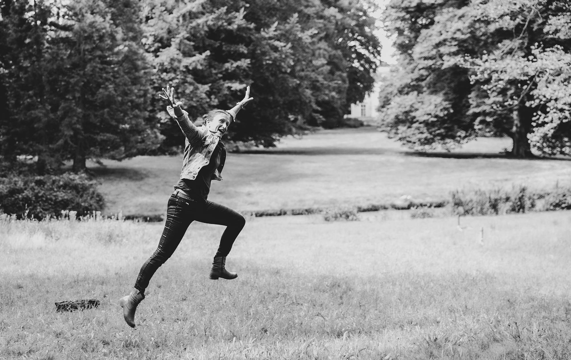 Carolien springt in het veld